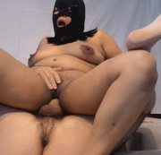 Chubby Asian Milf und Hairy Guy geben die nach vorne gerichtete Amazon-Position in diesem Video ab....