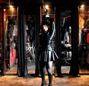 Als Latex-Girl (Outfit ganz in schwarz :Latexkleid , Latex-Stiefel ,Latex-Handschuhe...