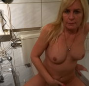 W�hrend der Drehpause schnell mal splitternackt Pipi machen alix and august fuck their plumber after he fixes their