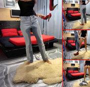 Piss in Jeans, Slip, unten ohne + Pumps auf Schaffell