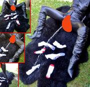 NS auf Schaffell - Pipi-Zielschießen in Latex auf Socken