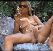 Rauchpause und feuchte Pussy wixen