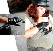 Nahaufnahme: Lederhandschuhe anziehen