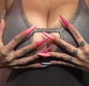 Was die Herrin so alles mit ihren ultralangen Nägeln anstellen kann !
