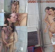 Zwei Mädels unter der Dusche