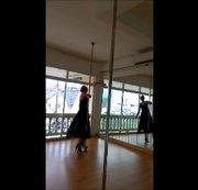 Tanze für dich im schwarzem Kleid
