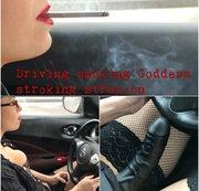 Rauchende treibende Göttin, die ihr Strap-on streichelt