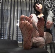 JOI CEI over my feets in fishnets
