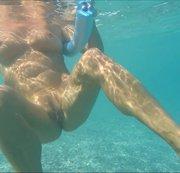 Titten und Muschi unter Wasser auf einer Poolnudel