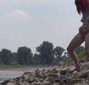 Wasserlassen am Rhein