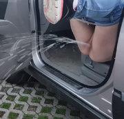 Heftiger Pissstrahl aus dem Auto