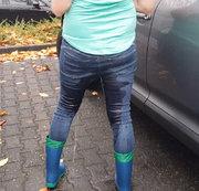 Jeans und Gummistiefel Public Pee