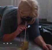 Jessy trinkt ihren gelben Natursekt