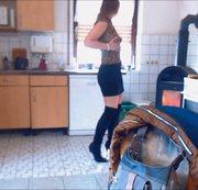 Hammergeiler selbstfick in der Küche