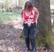 Pinkelpause während der Waldarbeit