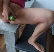 Gurkenfick auf dem Esstisch
