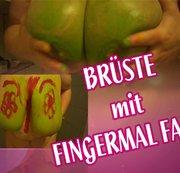 Brüste und Fingermalfarbe!
