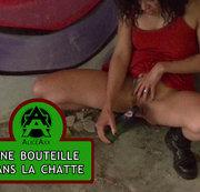 Gefüllte Mädchen legt eine Flasche Bier in ihre Muschi auf einer Party