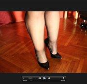 dicke Beine mit Netzstrumpfhose und schwarzen High Heels
