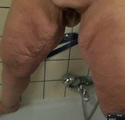 dicke Frau pisst in die Badewanne