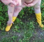 in rapsfeld besorgt mit meinen gelben gummistiefel
