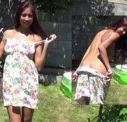 Kleid aus und Beine auseinander