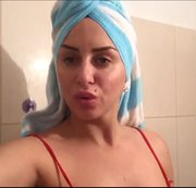 Pinkeln in der Dusche! Nahaufnahme Muschi !