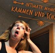 Intimate Moments: Kämmen und Schminken