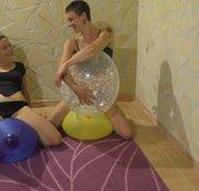 Spiel mit drei großen Luftballons & zwei Girls