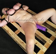 Gefesselter Riesendildofuck auf Holzpalette