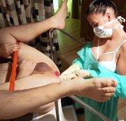 Tunnelplug/Doppeldildo ganz tief in den Hintern - Extreme Analbehandlung von junger Krankenschwester