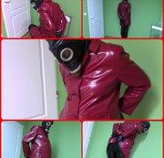 Gasmaske, Handschellen und rotes glänzendes Fell