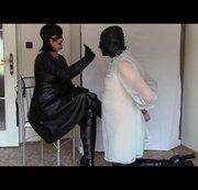 Leather Mistress, Teil eins: Handschuhe schlagen und HOM