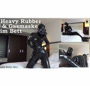 Heavy Rubber & Gasmaske im Bett