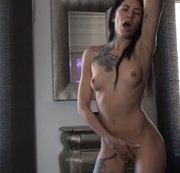 Kleine Brüste mit Piercings und einen Orgasmus im Stehen