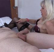 Milf Lady Sextasy Bindet bis Toyboy und verwendet ihn als ihren Sex Slave! Sie dominiert ihn für ihr e