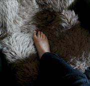 nackte Füße im fell