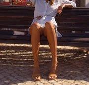 Ich ziehe mein weißes Höschen auf der Straße aus