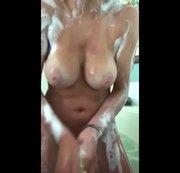Soll ich dich auch Einseifen Schau mir beim duschen zu!!!