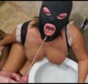 Ich bin eine gute Toiletten Sklavin und schlucke brav die Pisse!!!
