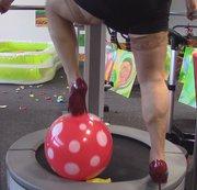 Rote Heels auf dem Trampolin mit Ballons !!