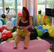 Auf rosaRiesenballon, mit Nadel und Fingernägeln Ballons gepopped !