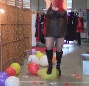 Lackstiefel zertreten Ballons..