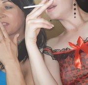 Casi und Julia rauchen