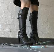 Crushing mit Lederstiefeln