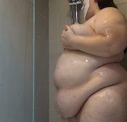 Fette SSBBW am Duschen