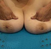 User wünscht Titten Rüttelplatte-Massage