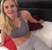 Fitness-Nymphe mit großen Schamlippen verführt und fremdbesamt