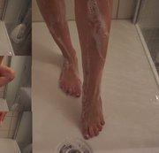 Komplett nackt die Füße einschäumen. In der Dusche.