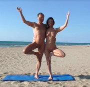 Nacktes Yoga zu zweit am Strand in Cap d'Agde